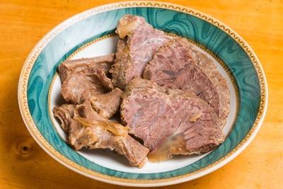 紫峰牛のホホ肉(右)と希少部位のネクタイ(食道)