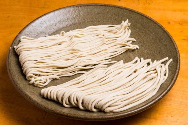 自家製麺もウリ。中太麺(手前)と中細麺(奥)から選べる