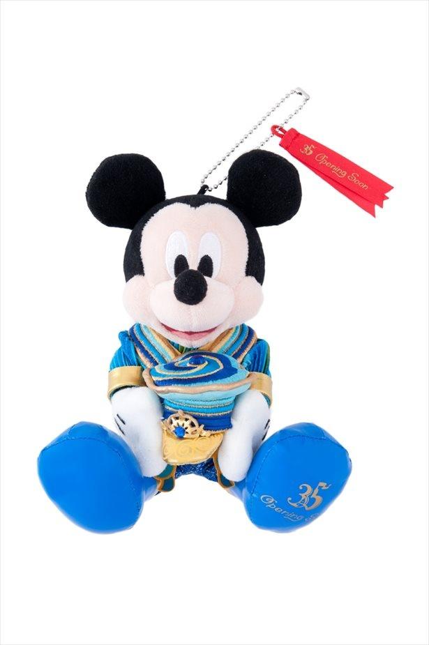 """【写真を見る】35 周年""""Happiest Celebration!""""仕様のミッキーがかわいい、ぬいぐるみバッジ(2400 円)"""