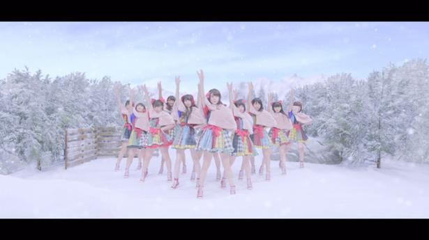 MVでは、浴衣姿で修学旅行のようにはしゃぎ、スキー場では雪合戦を楽しむ姿を見せてくれている