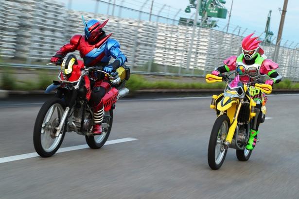 ライダーバイクを操縦するシーンをはじめ、熱いバトルシーンも見逃せない!