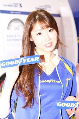 「日本グッドイヤー(株)」のブースで見つけた美人コンパニオン