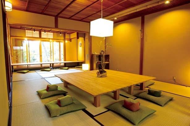 1階の窓からは日本庭園、2階からは八坂の塔が見える