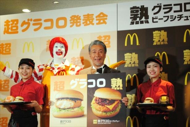 【写真を見る】フォトセッションで、クルーやドナルドに囲まれて笑顔の高田純次