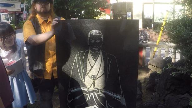 平成2年(1990)に建てられた近藤勇の石碑。凛々しい肖像画に真衣隊員ご満悦。