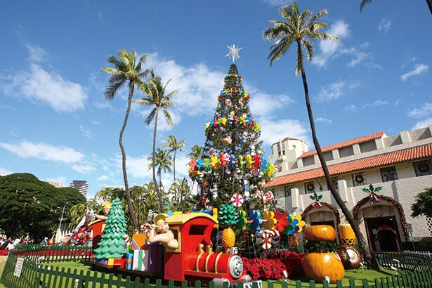 クリスマス一人旅!ハワイ、市庁舎前のクリスマスツリー