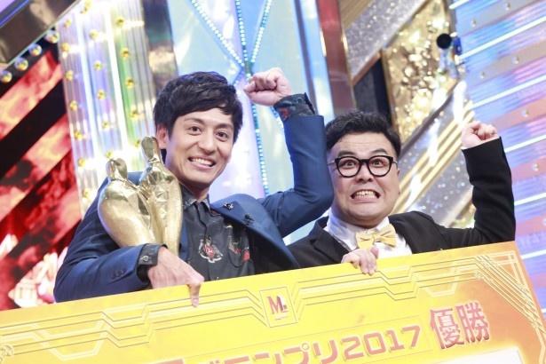 【写真を見る】優勝賞金1000万円のパネルを持つとろサーモン
