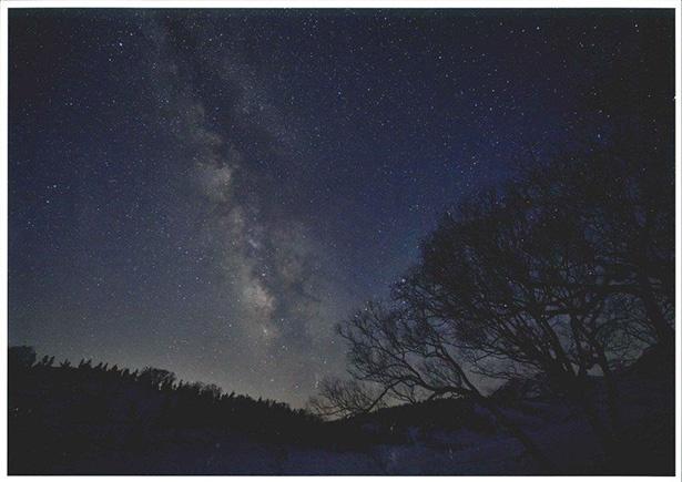 青木湖上に広がる雄大な星空。カヌーで青木湖を巡る「湖面コース」は、3歳以上3100円(税込)で参加できる