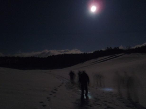 """極寒の寒さと澄み切った星空を体験できる冬季のナイトトレッキング。日本の雪国に伝わる伝統のフットウェア""""かんじき""""のすごさも体験できる!"""