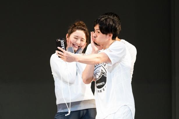 【写真を見る】おのののか、篠山選手とぶりっ子ポーズを撮影