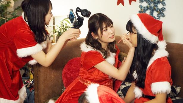 サンタの衣装のままメイクをする場面も!
