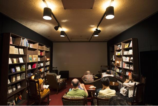 壁沿いの本棚には、流れている映画のテーマにあった本が並べられている