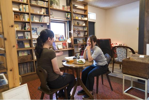 1階の貸本スペースにもソファやテーブルがあり、映画関連など約3,000冊の多彩な本がズラリ。貸出は店内のみ