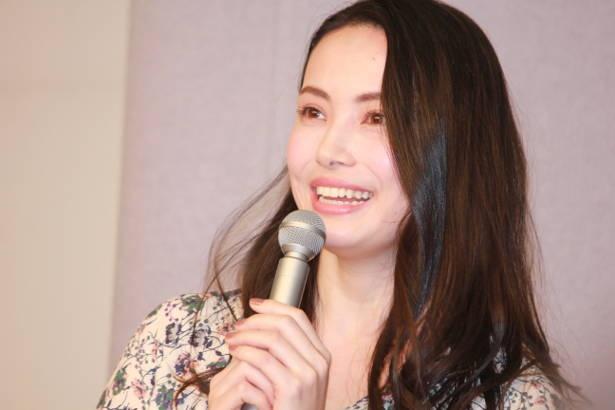 【写真を見る】ミムラは、自身の役どころ雪絵の妊娠から、母になることの素晴らしさを語る