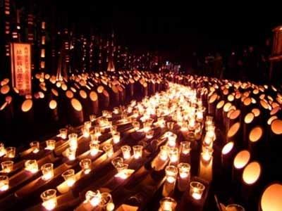 竹灯籠から柔らかい灯りがこぼれ、辺りは幻想的な雰囲気に包まれた