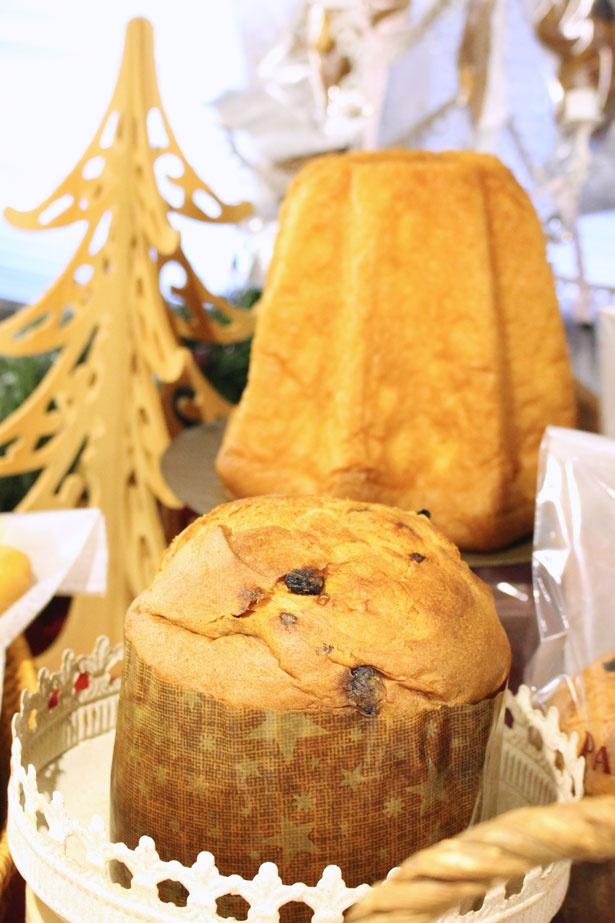 イタリアのクリスマス菓子「パネトーネ」(手前)と「パンドーロ」(奥)