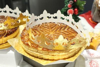 """新年を祝うフランスの菓子「ガレット・デ・ロワ」。切り分けた時に""""フェーヴ""""が入っていた人は、1年間良いことがあると言われている"""
