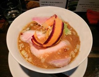 「トリックのミソ」(950円)。4種の神奈川県産味噌に彩り豊かな新鮮野菜がのり、見た目も華やか