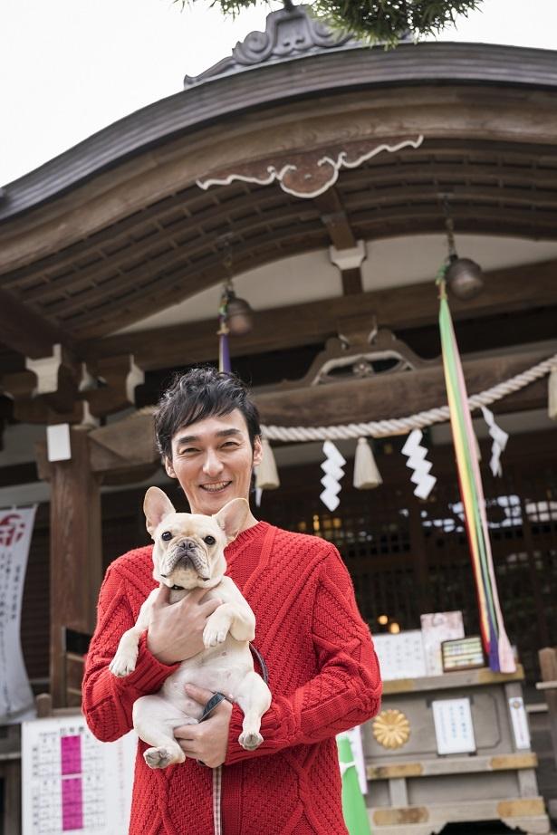 2018年は戌年! 愛犬くるみちゃんと神社へ参拝する草なぎ剛