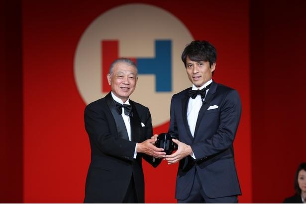 日本財団の笹川陽平会長と「HEROs of the year」を受賞した宮本恒靖
