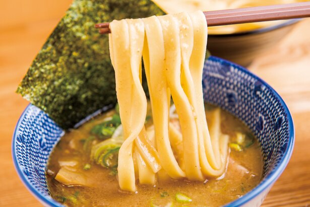 【写真を見る】幅が広く、まるできしめんのような平打麺。その日の朝に作る打ちたてなので、噛むほどに小麦の新鮮な風味が広がっていく