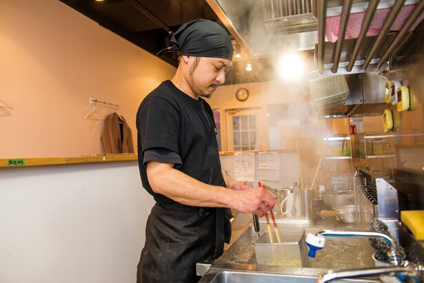 店長の瀬川行宏さん。県内の有名店で働いていたが、藤本さんに誘われ、一緒に「紅葉」の味を学んで店を開いた