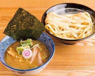 「つけ麺」(800円)。動物系の旨味と魚介の風味のバランスが絶妙なスープは、濃厚だがサラリとしていて食べやすい。写真の麺は平打麺(230g)