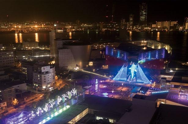【写真を見る】大阪の夜景と巨大な光り輝くジンベイザメなどのイルミネーションを観覧車から眺められる