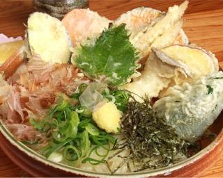 器を覆い被さんばかりのゴボウの天ぷらがオンした定番の「ごぼううどん」(550円)