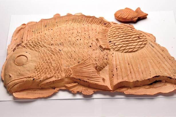 静岡市のビッグメニュー「丸子峠大鯛焼き屋」の鯛焼き(3000円)※後ろにあるのは普通サイズの鯛焼き
