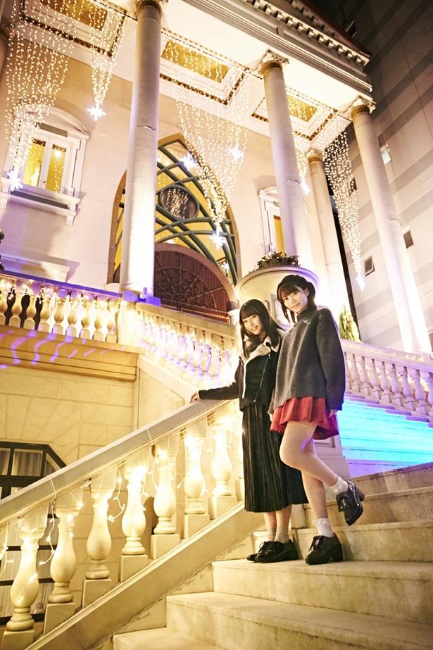 光り輝くイルミと階段に「お姫様になったみたい」と大はしゃぎの駒田京伽&栗原紗英