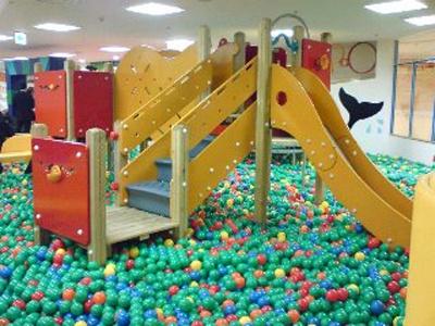 6万個のボールに埋もれたいボールプール