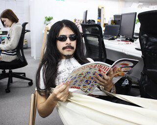 オフィスのど真ん中にハンモックを置き、読書を満喫!