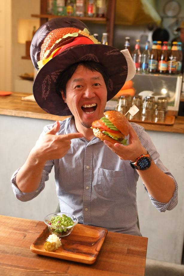 担当編集・薮(西日本ハンバーガー協会)が実食。「食べた瞬間から肉汁が溢れ、もりもりの野菜類とのバランスもばっちり!」