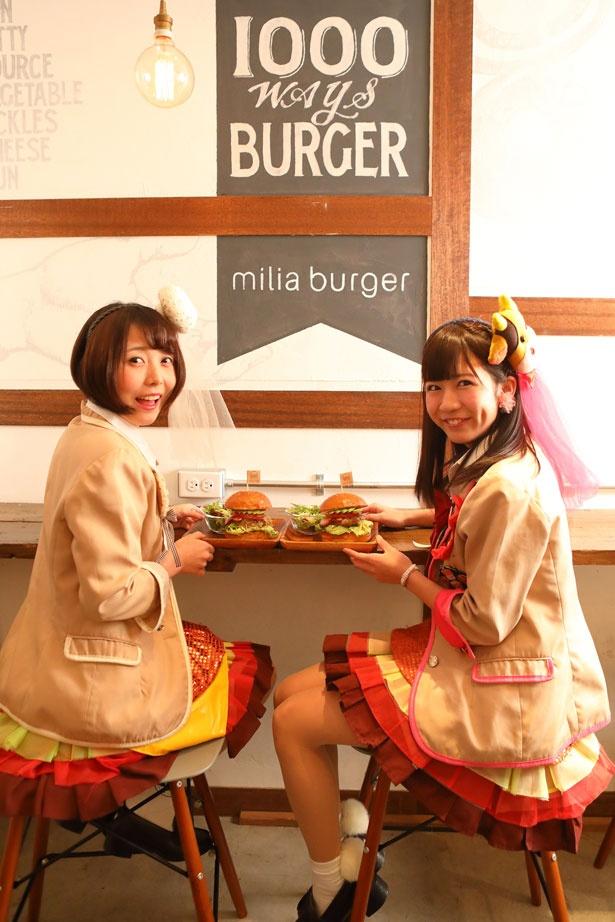 【写真を見る】ハンバーガーが完成!アイドル・ハンバーガールZが店内のフォトスポットで記念撮影