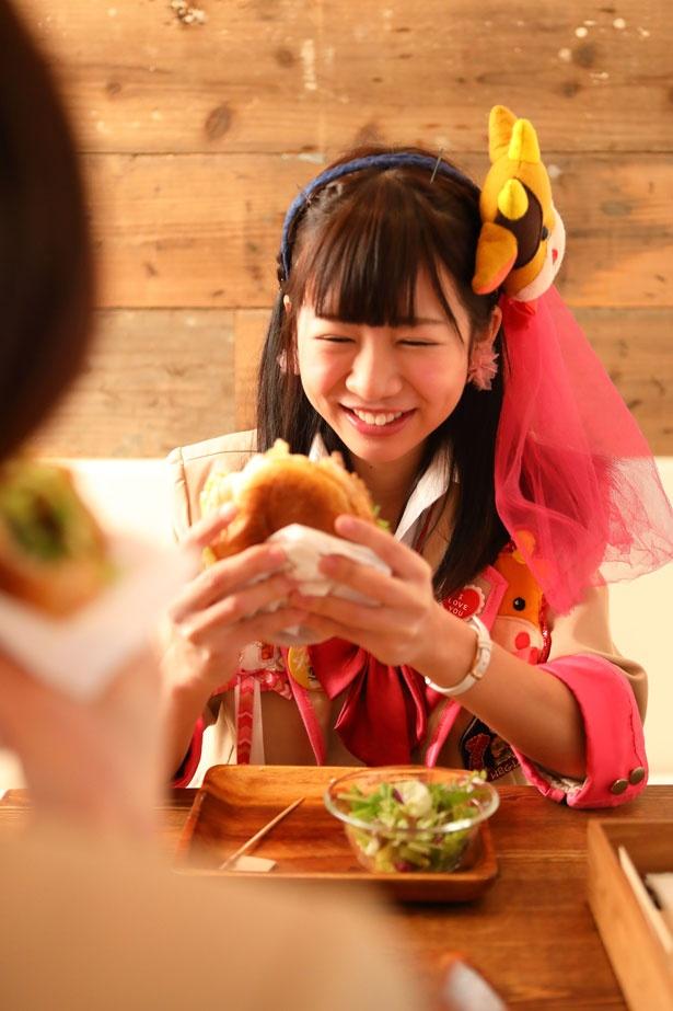 ハンバーガーがおいしいのでトークも弾む♪