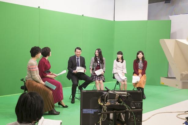 【写真を見る】撮影はグリーンバックのスタジオで。放送ではイルミネーションに包まれた映像に!