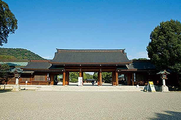 手水舎で身を清めたら、南神門から神域へ/橿原神宮
