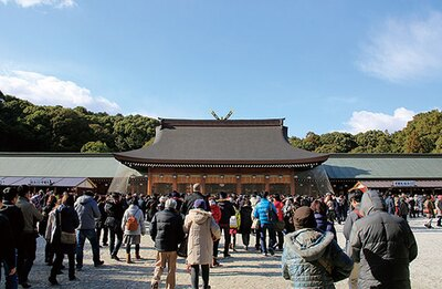 外拝殿から中に入ると、普段は参拝できない内拝殿へと出る/橿原神宮