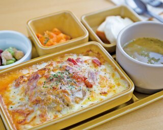静岡市からは、ライ麦パンとサーモンマリネの相性が抜群の「オープンサンド」(1350円)。色鮮やかなビジュアルは写真映え抜群!