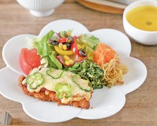 静岡市イチオシは「季節の野菜たっぷり 日替わりプレート」(1200円)。たっぷりの野菜と果物をとれるようバランスを重視したメニューだ