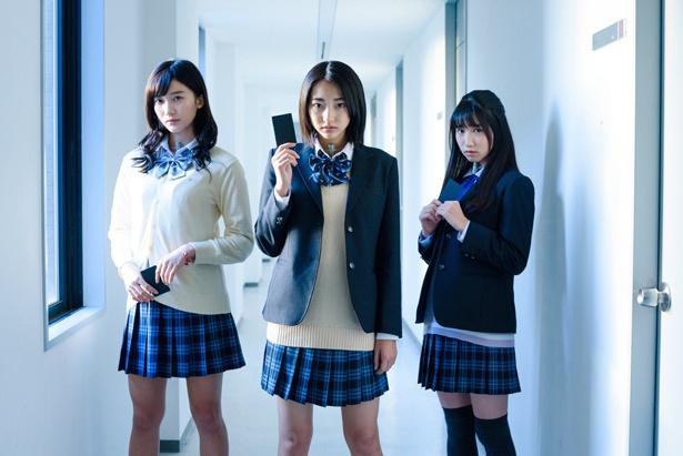 主演の武田玲奈(中央)の他、小倉優香(左)、上野優華らが出演