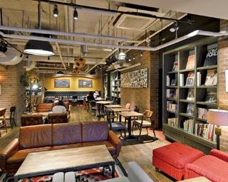 有名ジャズ・クラブがプロデュースしたおしゃれ空間が広がる。店内の本棚には独自の視点で集められた国内外の書籍などがたくさん!