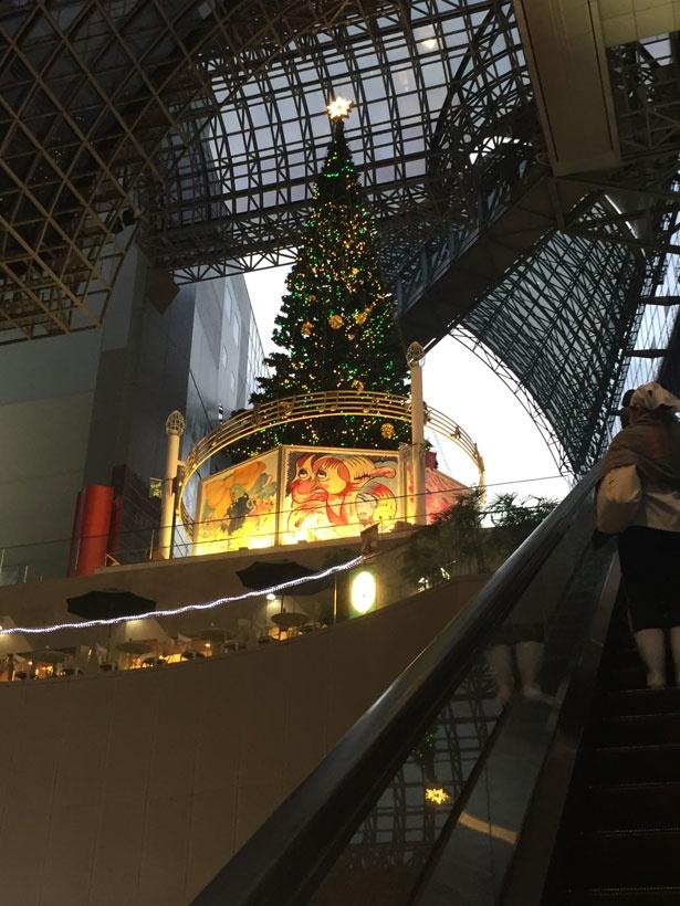 【写真見る】エスカレーターから見上げるクリスマスツリー。10:00~点灯しているので早めについてもOK