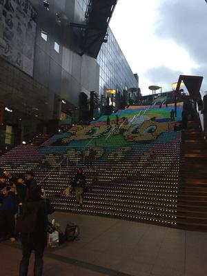 大階段の「グラフィカルイルミネーション」には、オリジナルキャラクター、テット&スカーラやクリスマスツリーなどさまざまな図柄が描き出される