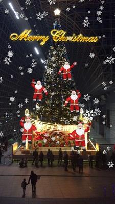 「スマホで楽しむ!!クリスマスイルミネーション」の雪バージョン。5人のサンタクロースが元気いっぱい飛び出して、ツリーによじ登る様子がキュート