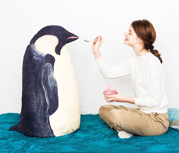 自立するペンギン型の布団収納ケース