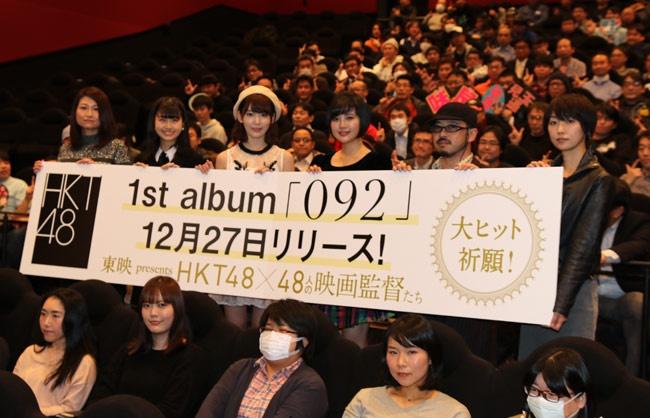 【写真を見る】舞台挨拶に登壇した6人はお客さんと一緒に記念撮影