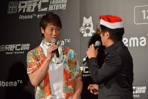 【写真を見る】只野(高橋)は永井大にヨダレかけを着けてあげる!