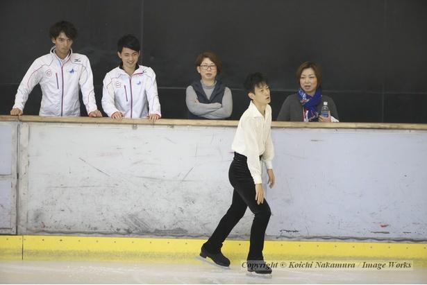 山本草太、西日本選手権にて。滑走直前にコーチだけでなく、選手仲間も見守る